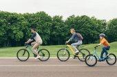 Fotografie Familie auf dem Fahrrad im park