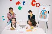 Fotografie Schülerinnen und Schüler mit Äpfeln in der Pause