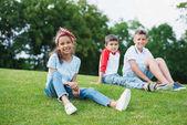 Fotografia Multietnici bambini che giocano nel parco