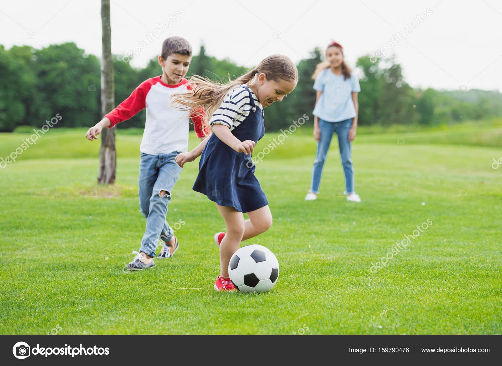 サッカーで遊ぶ子供たち — ストック写真 © alebloshka #159790476