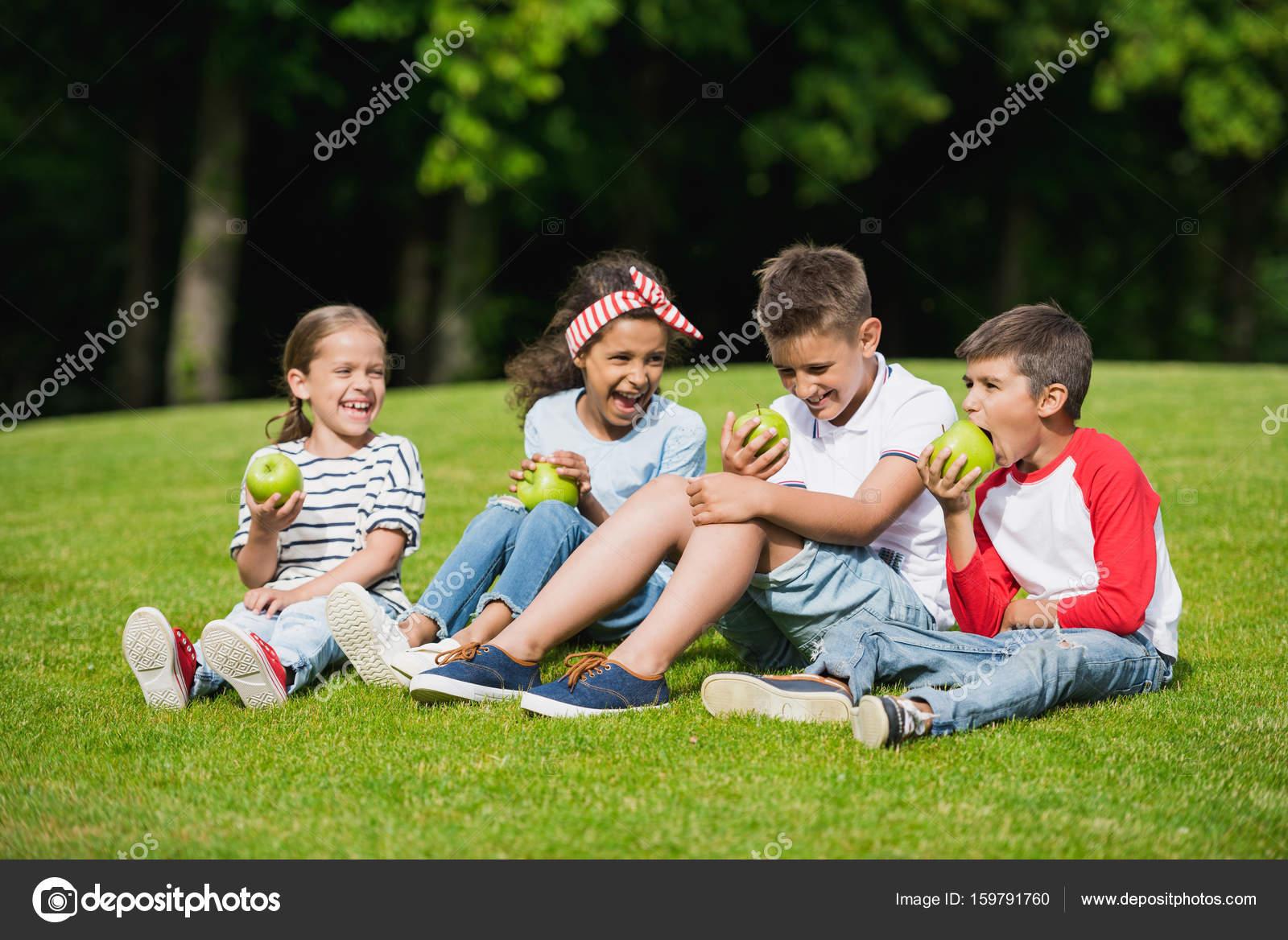 enfants manger des pommes dans le parc photographie alebloshka 159791760. Black Bedroom Furniture Sets. Home Design Ideas