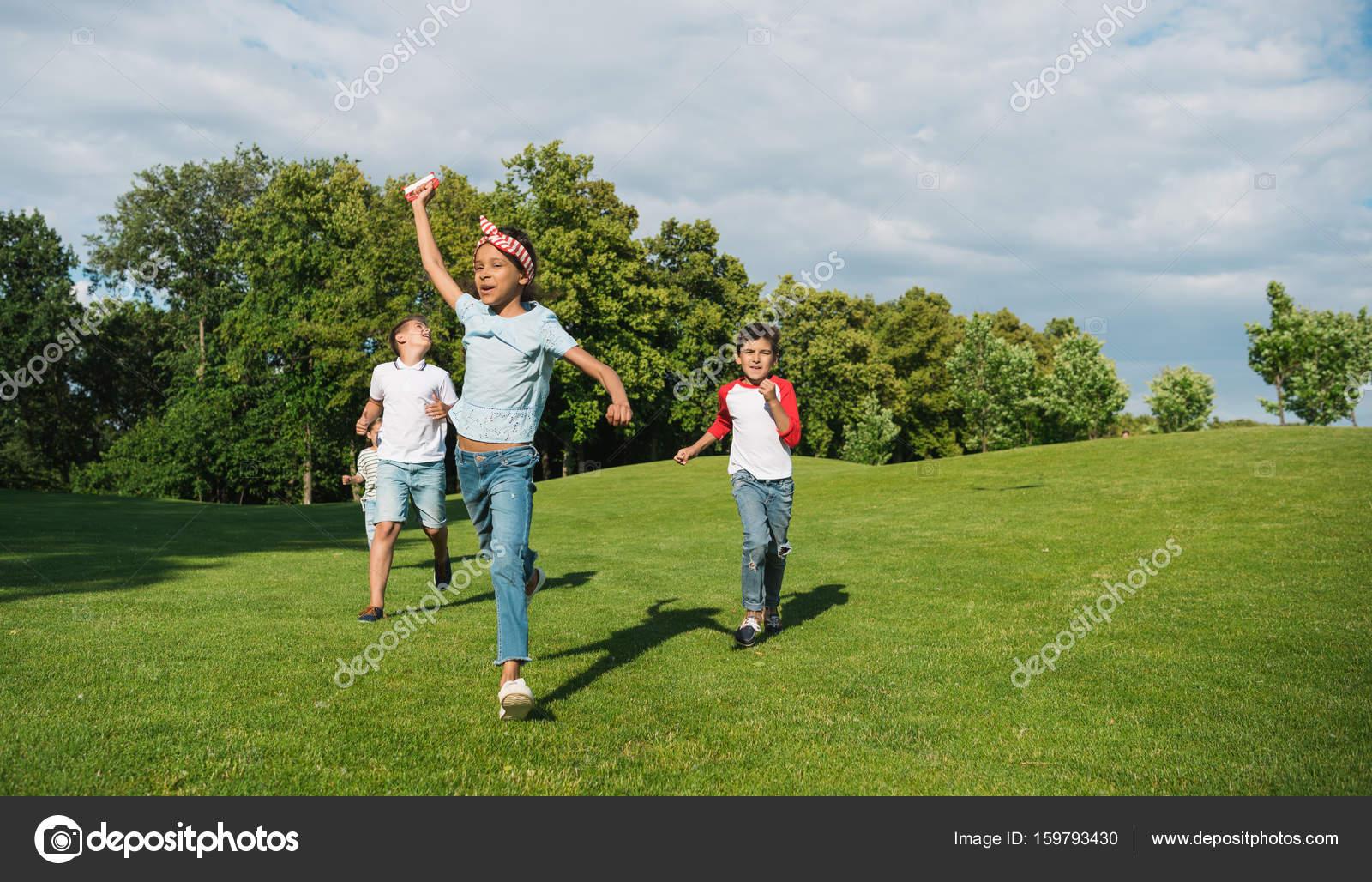 Дети играют в футбол фото