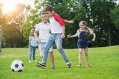 Fotografia bambini che giocano a calcio