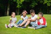 Fotografia Bambini che mangiano le mele nel parco