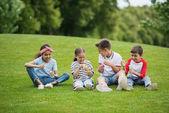 Mnohonárodnostní děti hrají v parku