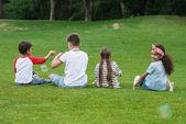 Multietnici bambini che giocano nel parco