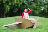 Fotografie Chlapec hrající s letadlem v parku