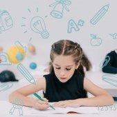 školačka studuje v učebně