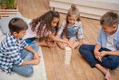 děti hrají bloků dřeva hru
