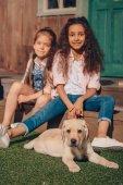 Fotografia ragazze multietniche con cucciolo