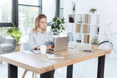 Photo businesswoman typing on laptop in office