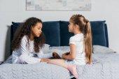Fényképek multikulturális lányok beszél a hálószobában