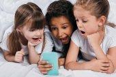 többnemzetiségű lányok smartphone