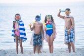 Fotografie multikulturelle Kinder schwimmen Masken mit Spielzeug