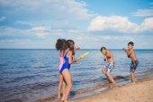 Kinder spielen am Meer