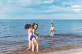 Photo children playing at seaside