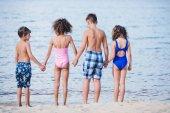 děti stojí na písčitých SEMSI