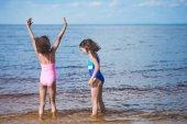 játszik a tengerparton lányok