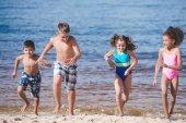 multikulturní děti si hrají na moře