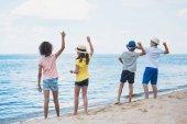 a gyerekek dobott köveket a tengerparton