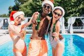 Mnohonárodnostní lidí na vánoční pool party