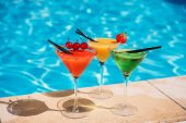 Bunte Cocktails am Pool