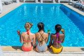 multietnické ženy poblíž letiště plavecký bazén