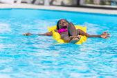 žena na nafukovací matraci v bazénu
