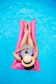 nő a medence felfújható matrac