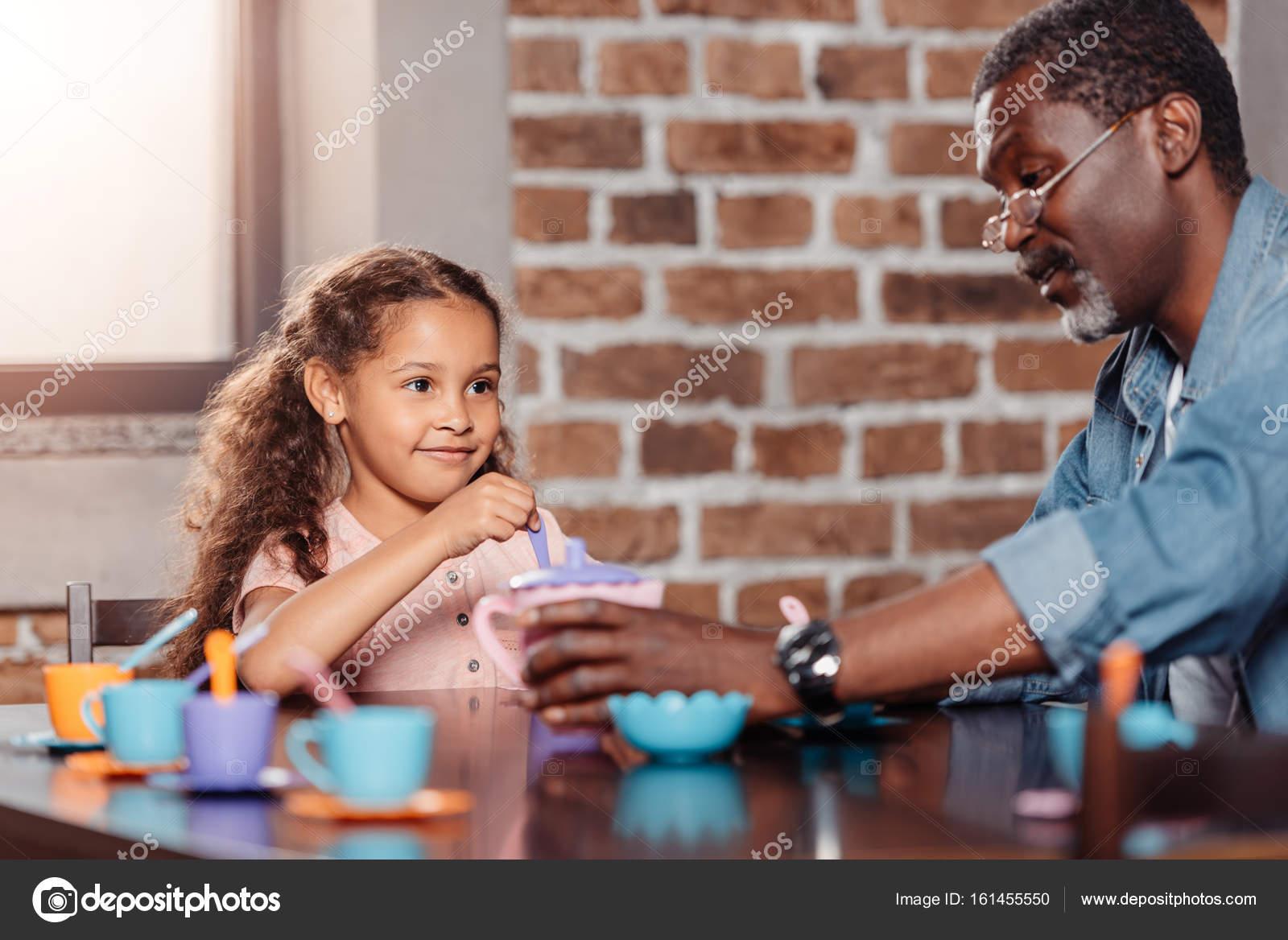 Mädchen mit Tee-Party mit Vater — Stockfoto © alebloshka #161455550