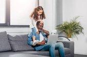 Afrikanisch-amerikanischer Vater mit Tochter