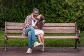 Mädchen umarmt und küsst ihren Großvater