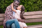 dívka, objímat a líbat její dědeček