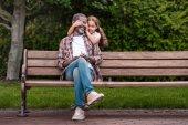 Fotografie Mädchen, die Augen ihres Großvaters zu schließen