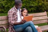 Mädchen und Großvater mit digitalem Tablet