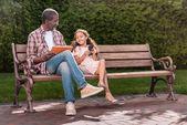 Fotografie Mädchen und Großvater mit digitalen Geräten