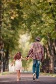 dívka s dědečkem a procházky v uličce