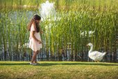 Fotografie krmení Husa dívka u jezera