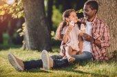 Fotografie Enkelin und Großvater Eis essen