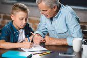 Fotografie Großvater und Enkel zusammen zeichnen