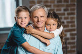 Fotografie šťastný dědeček a vnoučata