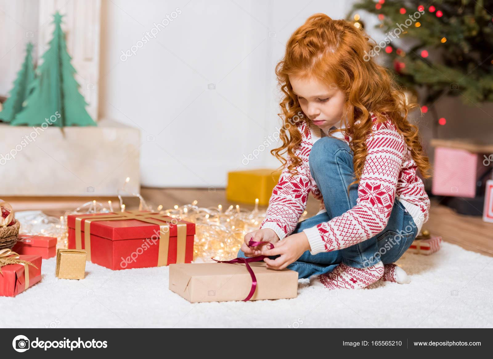 Kind uitpakken kerstcadeau u2014 stockfoto © alebloshka #165565210