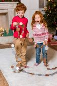 Photo happy kids with festive garland