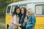 Fotografie mnohonárodnostní dívky při selfie