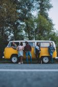 Fotografia amici multietnici alle monovolume