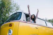 Fotografie attraktives Mädchen im minivan