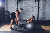 Fotografie Trainer helfen Frau trainieren