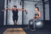 sportovní pár v tělocvičně