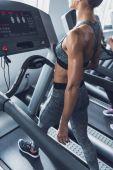 Frau trainiert auf Laufband