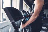 Fotografie Mann trainiert auf Laufband